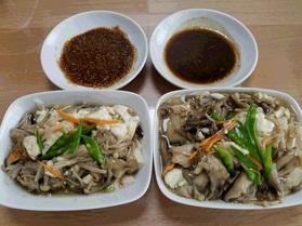 当日分の副菜の「豆腐と3種のきのこの和風あんかけ」と主菜のソース2種「バルサミコ風ソース」と「ゴマソース」