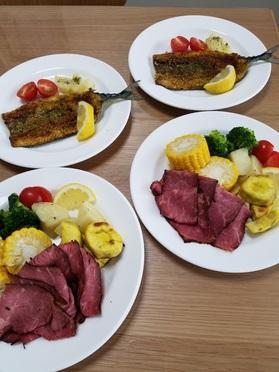 当日分の主菜の「サンマのカレー風味焼き」と副菜の「ローストビーフと温野菜盛り」