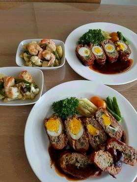 当日分の主菜の「ゆで卵入りベーコン巻ハンバーグ」と副菜の「エビ・カリフラワー炒め」