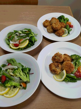 当日分の主菜の「ひとくちコロッケ」と副菜の「タイのカルパッチョ」