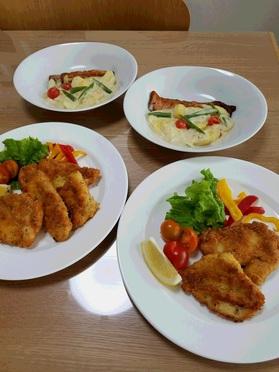 当日分の主菜の「チキン焼カツ」と「鮭とポテトのグラタン風」